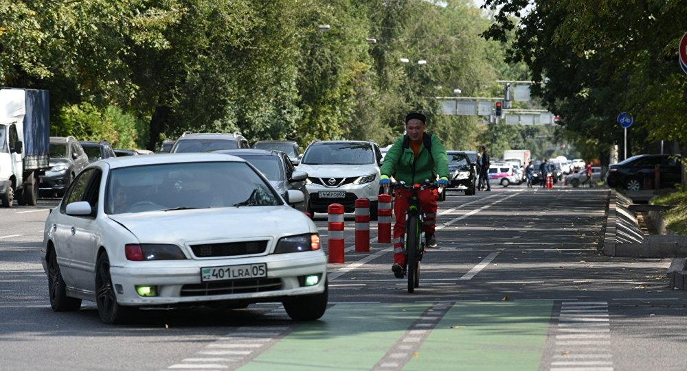 Защитные отбойники  появились у велодорожек в Алматы