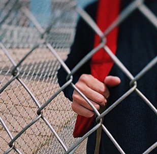 Подросток за забором, архивное фото