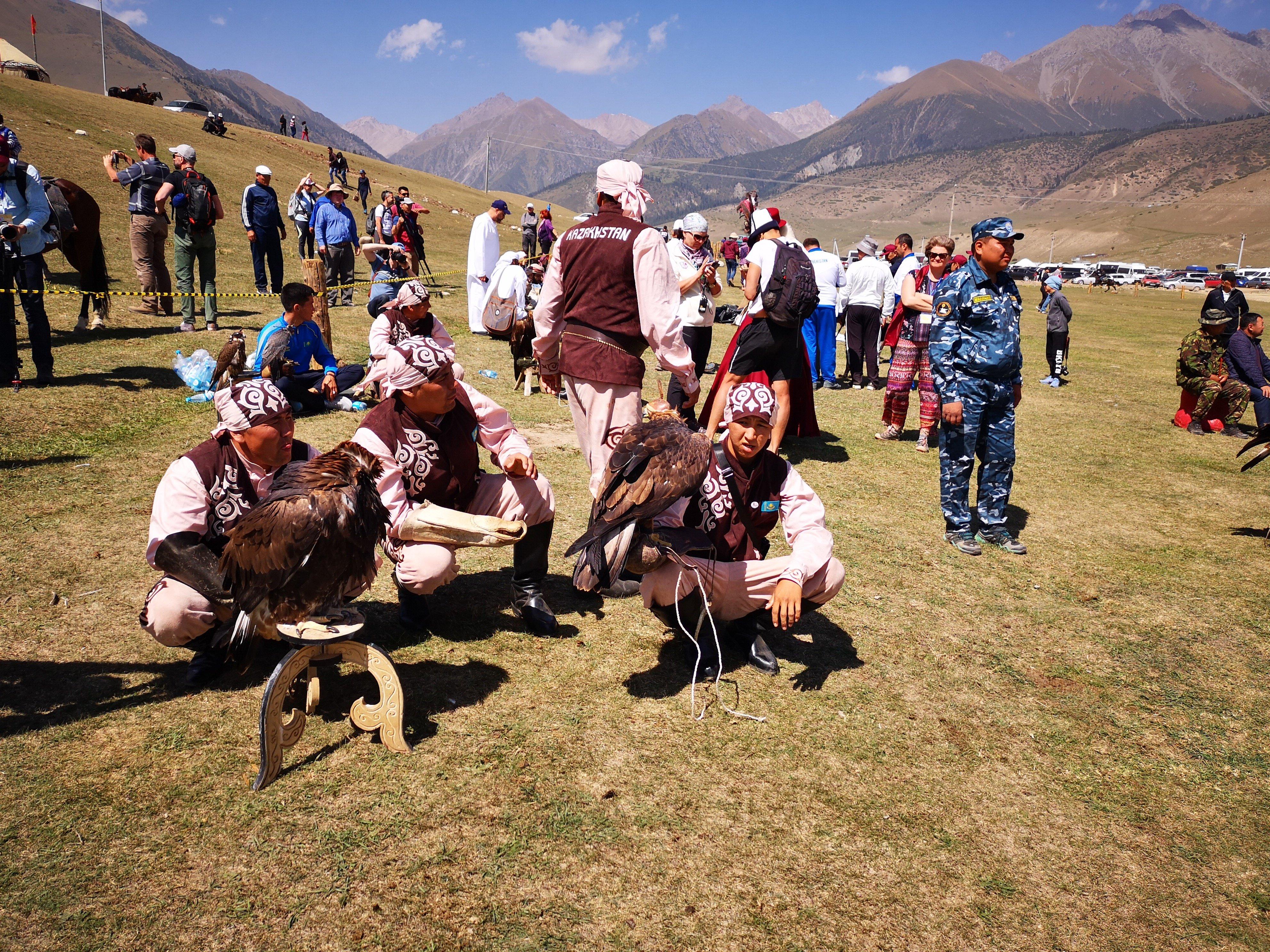 Участники соревнований с охотничьими птицами из Казахстана