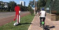 Новые арт-объекты – красные человечки на белых самокатах — около алматинской станции метро Абай