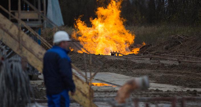 Добыча газа на месторождении, архивное фото