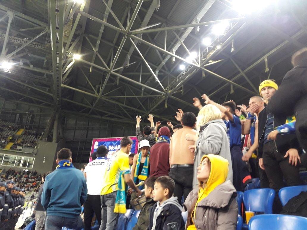 Зрители поддерживают сборную Казахстана