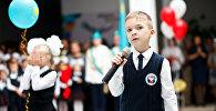 Арсений Реснянский выступает с песней на линейке в День знаний
