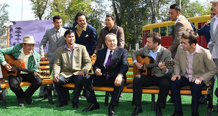 Президент Казахстана Нурсултан Назарбаев спел вместе с артистами