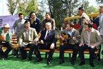 Назарбаев әртістермен бірге ән орындады