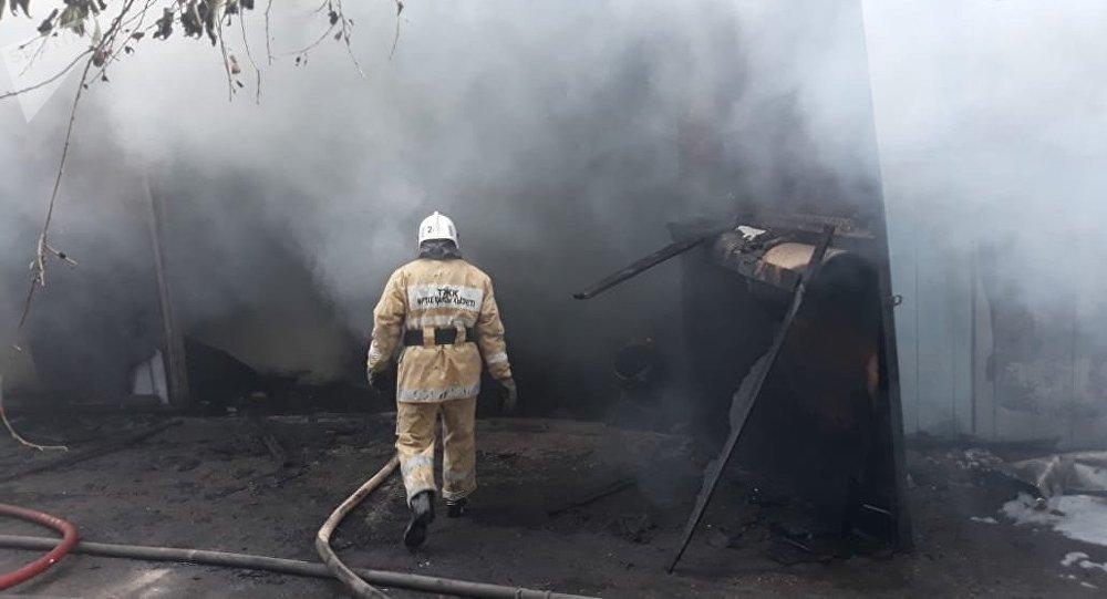 Сильный пожар на складских помещениях