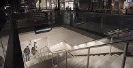 Люди поднимаются по лестнице в комплексе Всемирного торгового центра с недавно открывшейся восстановленной после теракта станции метро WTC Cortlandt в Нью-Йорке