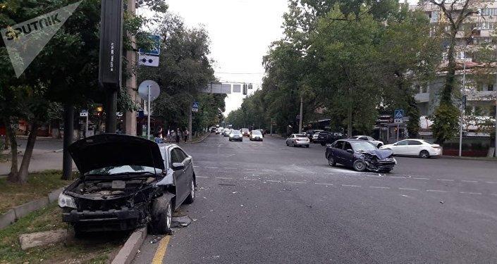 Алматыда Лада Гранта мен Тойота соқтығысты