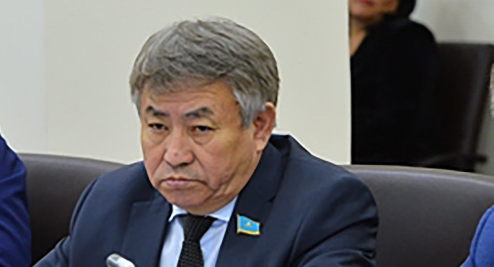 Депутат Тургун Сыздыков (в центре)