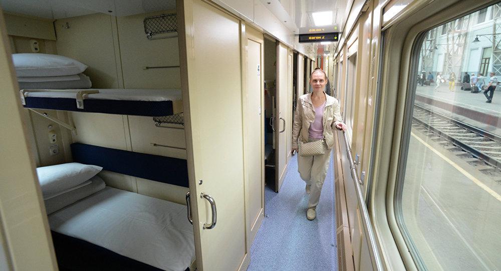Женщина в поезде, архивное фото