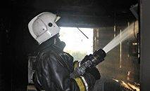 Пожарные тушат возгорание, архивное фото