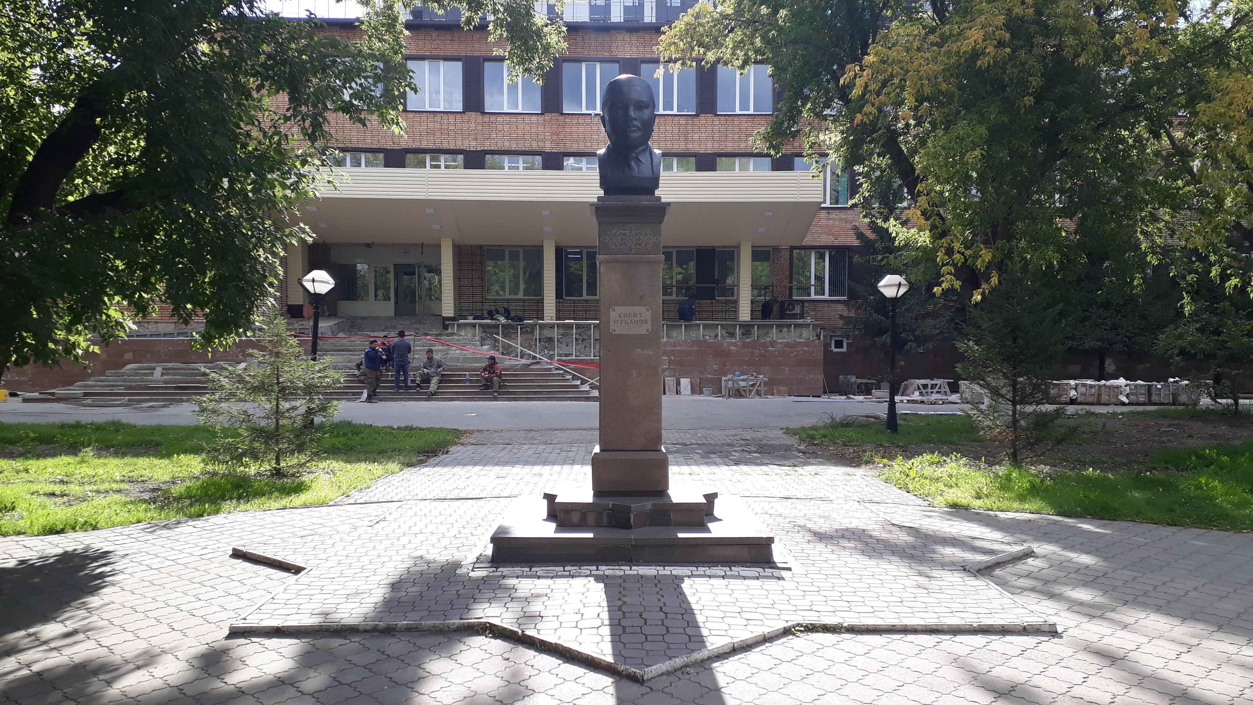Памятник Сабита Муканова в Петропавловске