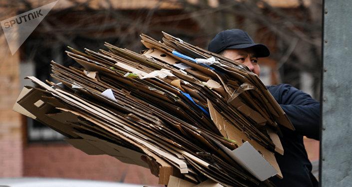 Мужчина несет картонные коробки, архивное фото