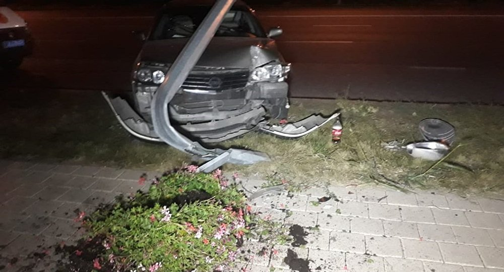Автомобиль врезался в столб на Момышулы