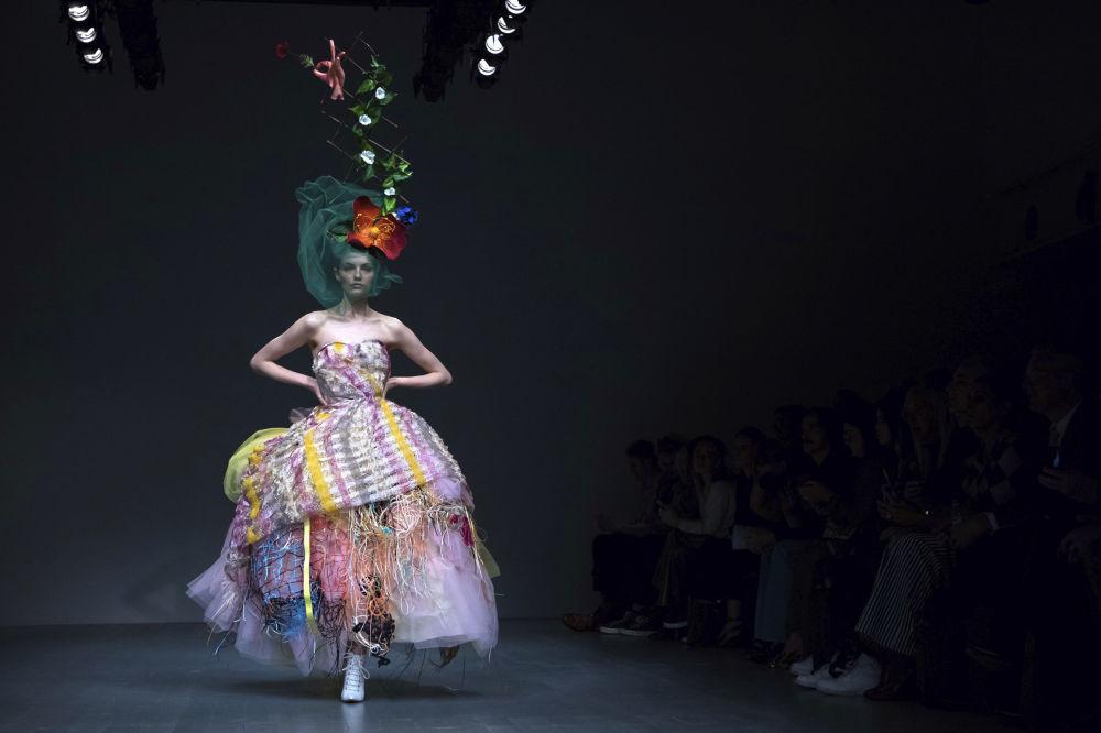 Модель представляет коллекцию дизайнера Matty Bovan на Неделе моды в Лондоне