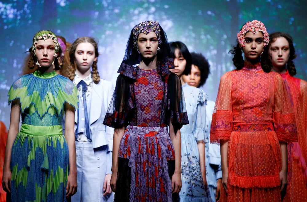 Модели представляют коллекцию дизайнера Бора Аксу на Неделе моды в Лондоне