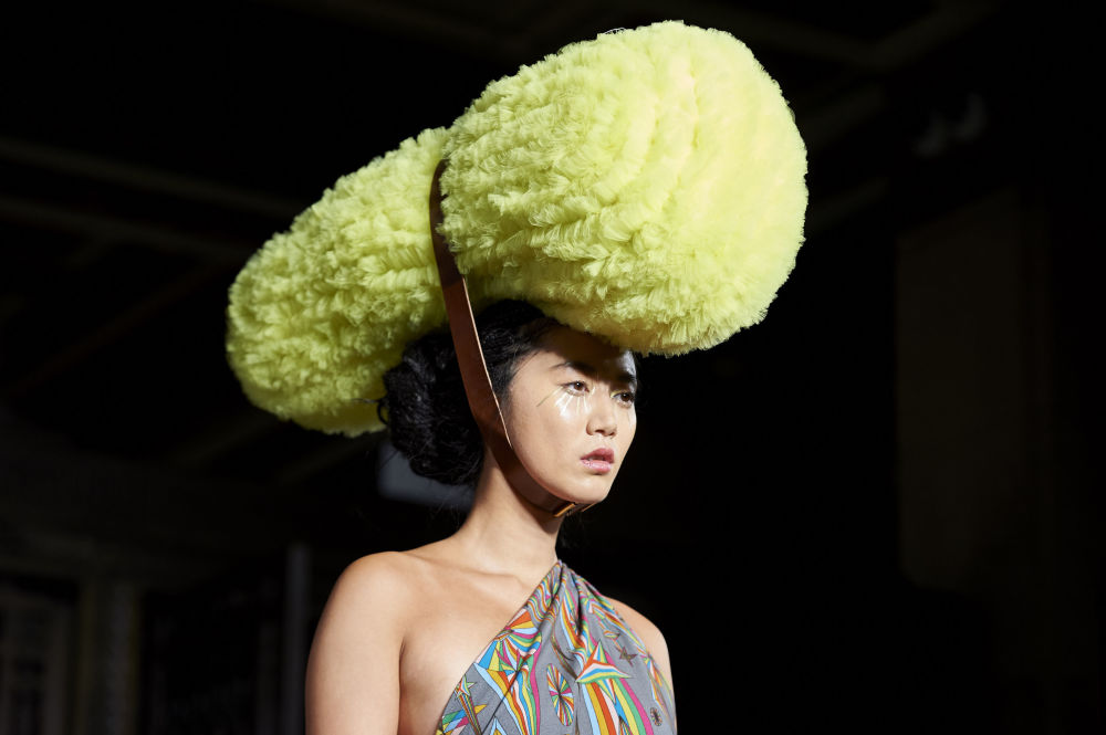 Модель представляет коллекцию дизайнера Пэм Хогг на Неделе моды в Лондоне