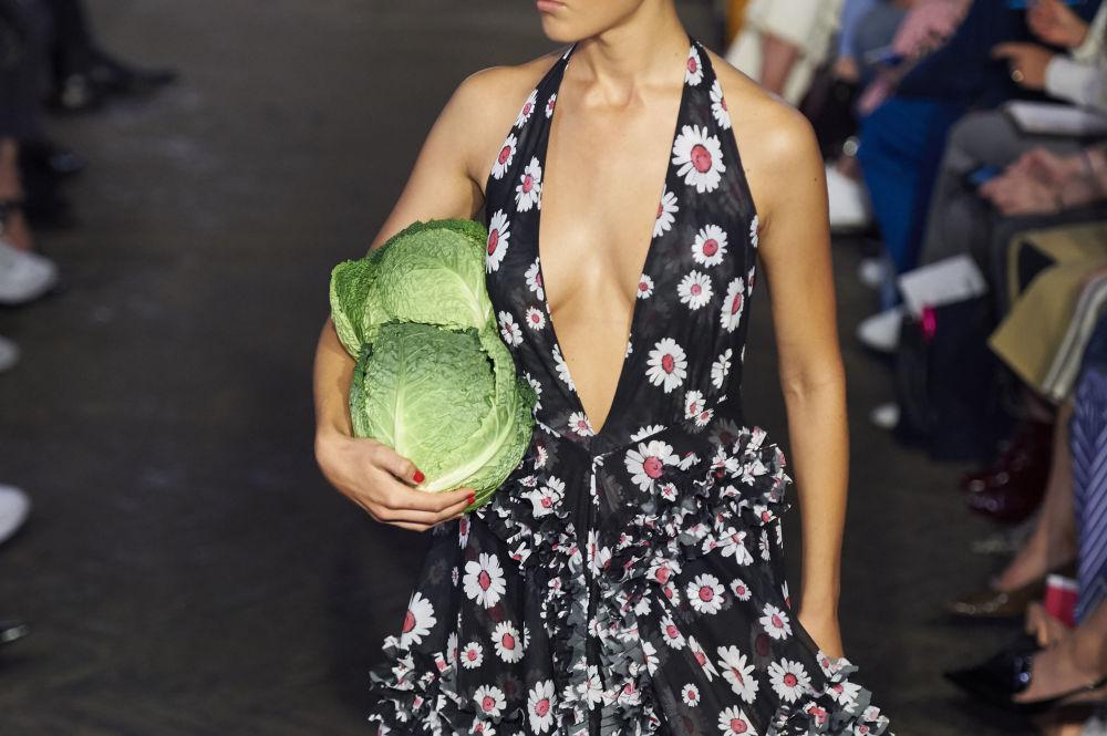 Модель во время показа дизайнера Молли Годдард на Лондонской Неделе моды