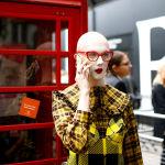 Люди перед началом показа на Лондонской Неделе моды