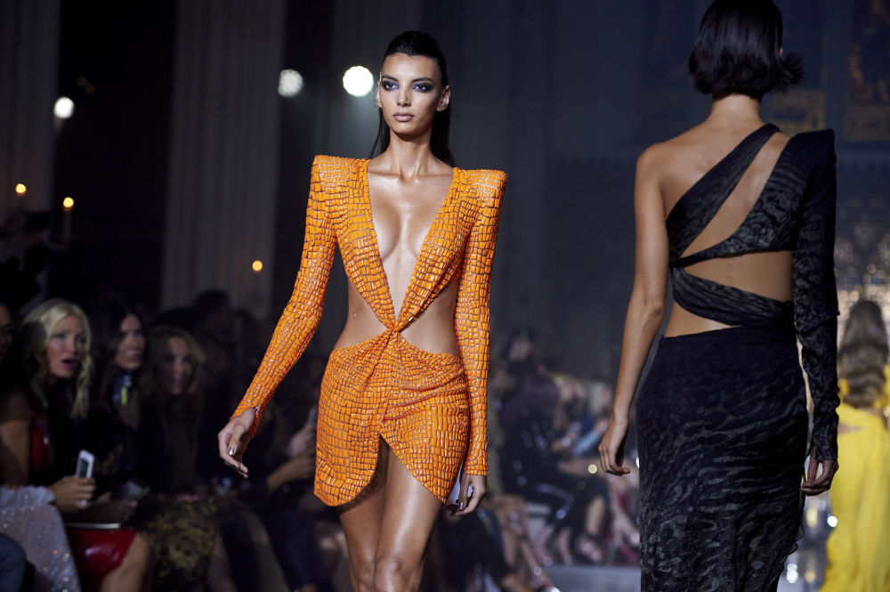 Модель на показе дизайнера Джулиана МакДональда на Неделе моды в Лондоне