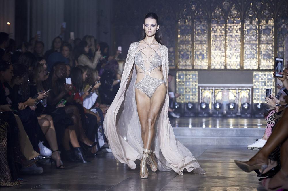 Модель представляет творение дизайнера Julien Macdonald на Неделе моды в Лондоне