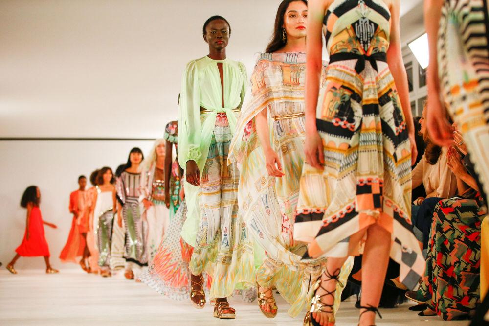 Модели во время Temperley London show на Неделе моды в Лондоне