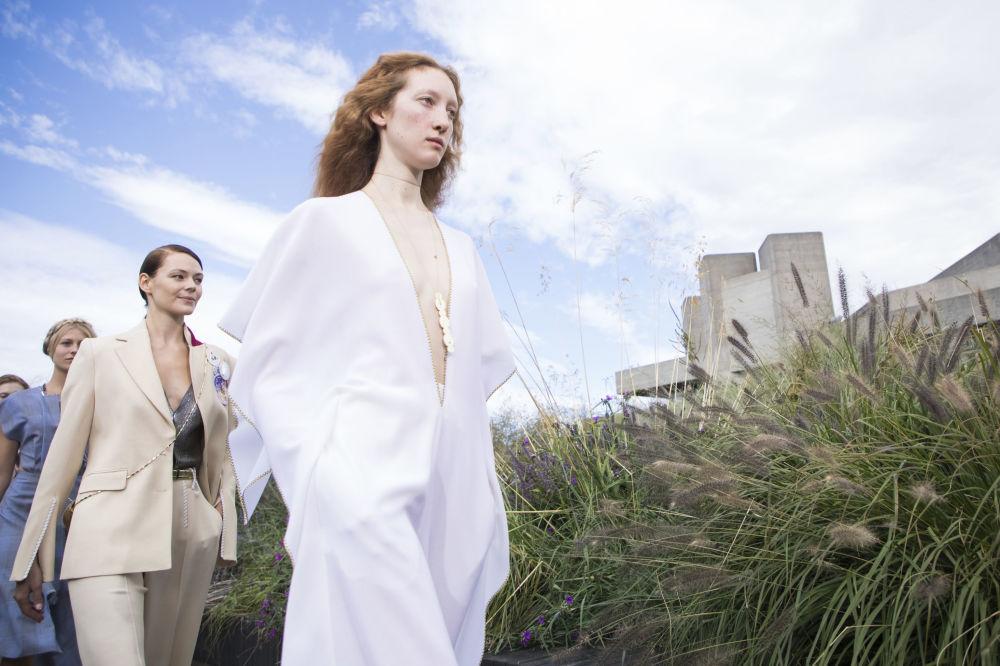 Модель представляет творение дизайнера Roland Mouret на Неделе моды в Лондоне
