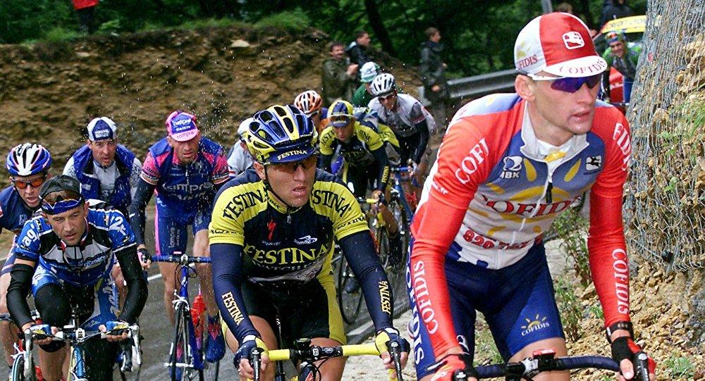 Велогонщик Андрей Кивилев (справа)