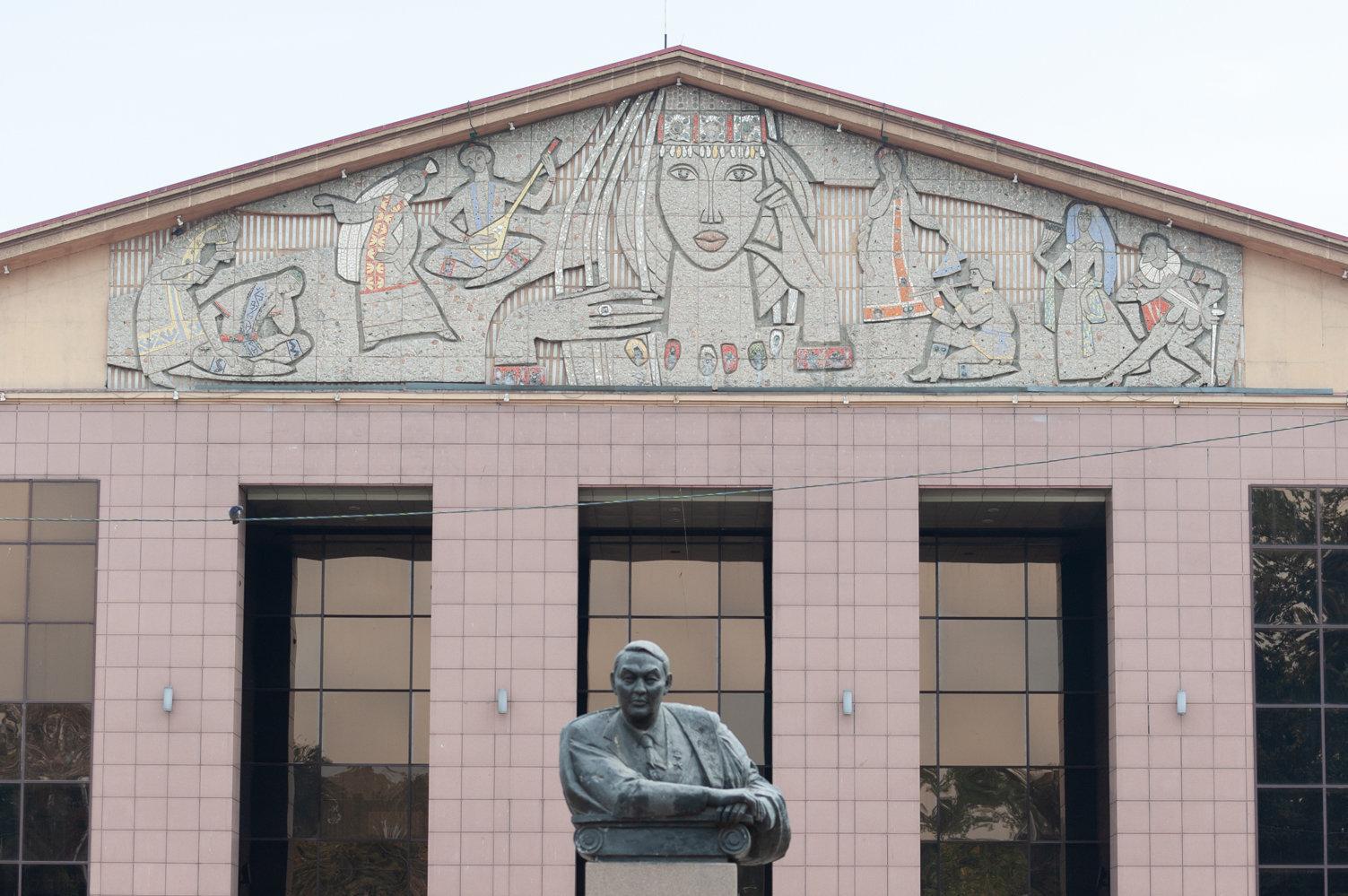 Барельеф с мозаикой на здании ТЮЗ им. Мусрепова, авторы Евгений Сидоркин, Олег Богомолов, 1963 год