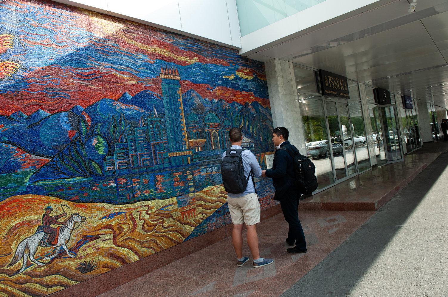 Мозаичная композиция возле входа в гостиницу Алма-Ата
