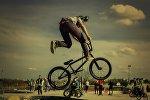 Велосипедші ауада тұр