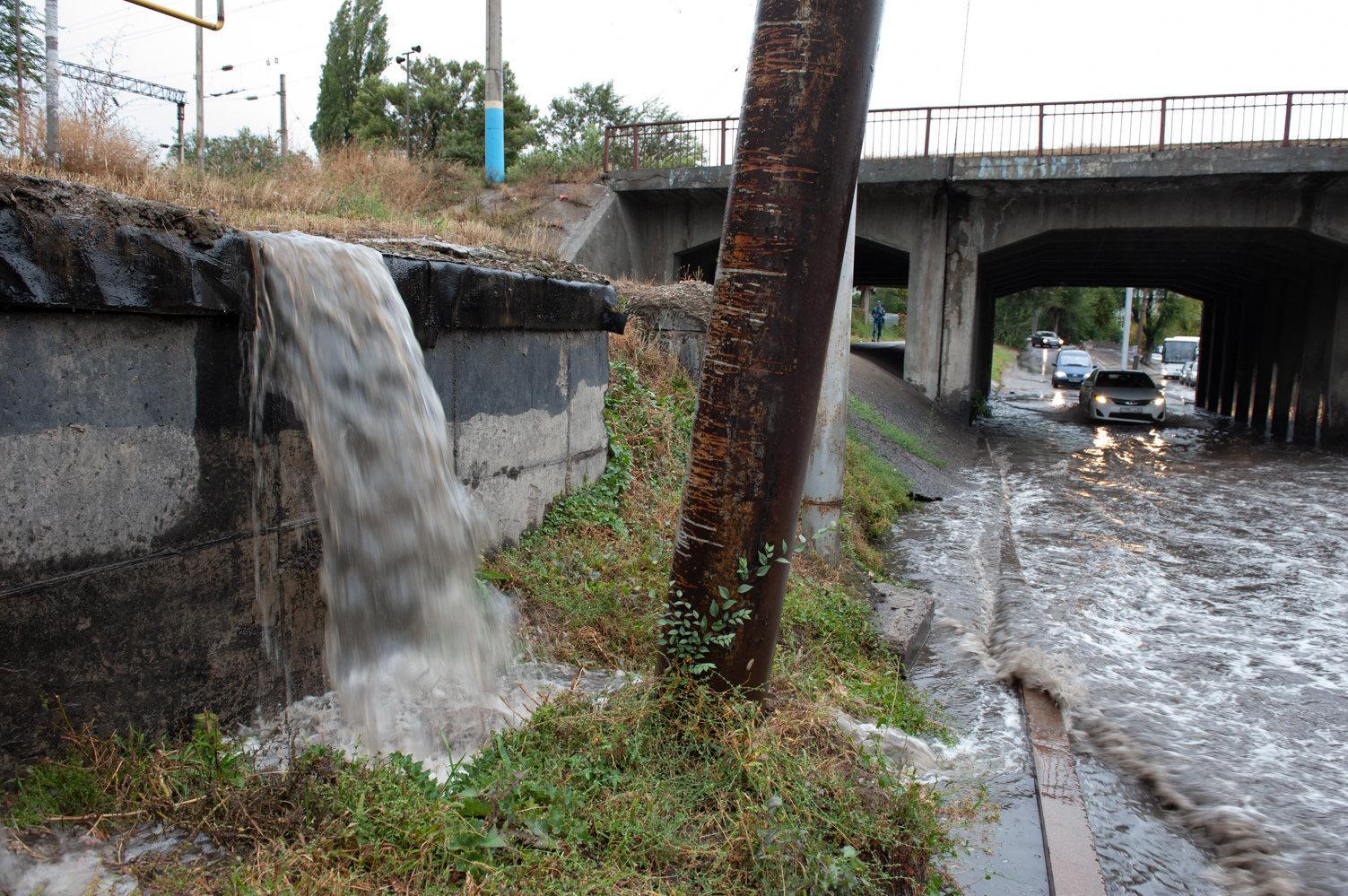 Участок под железнодорожным мостом рискует оказаться под водой после каждого ливня