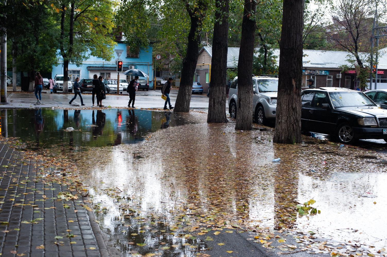 Тротуары поплыли в Алматы после ливня
