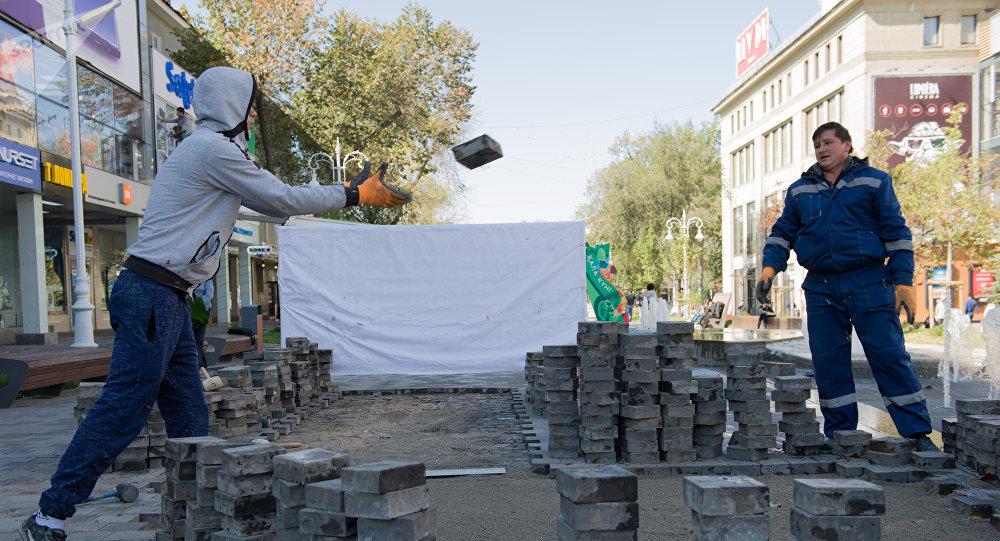 На Арбате в Алматы переделывают плитку