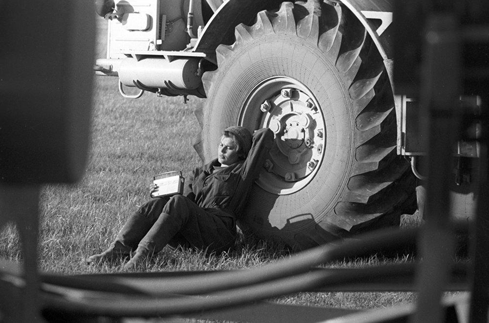 Трактористка совхоза Амангельдинский Наталья Геллерт, занявшая третье место по классу тяжелых тракторов К-700 в международных соревнованиях