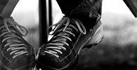 Отражение обуви в окне, иллюстративное фото