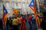 Люди на площади Сан-Жауме перед каталонским региональным правительственным штабом в Барселоне