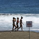Девушки на пляже острова Реюньон в Индийском океане