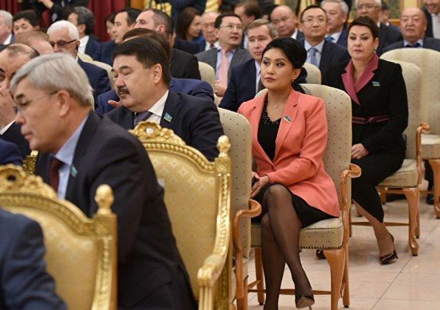 Члены кабмина, депутаты, представители казахстанской общественности во время ежегодного президентского послания народу