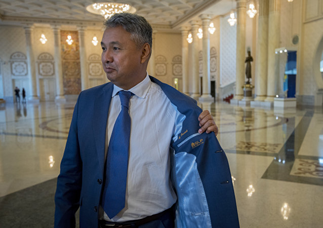 Азат Перуашев продемонстрировал журналистам свой пиджак от отечественного производителя
