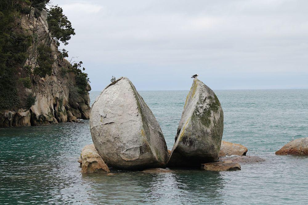 Скала Расколотое Яблоко в Новой Зеландии