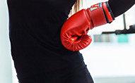 Женщина с боксерской перчаткой