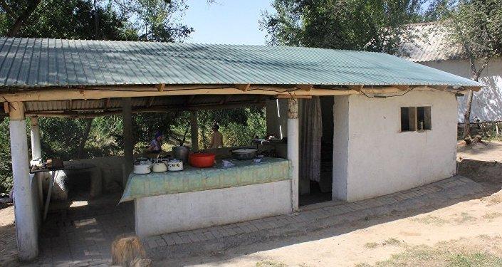 Кесене ауласында шаруашылық жұмыстарына жауапты шырақшы көмекшісінің үйі бар
