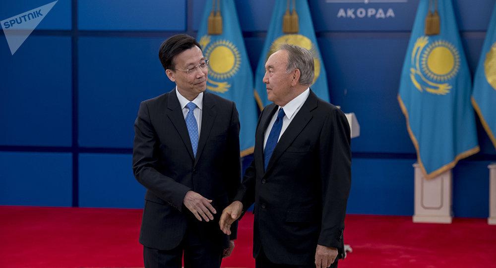 Чрезвычайный и Полномочный посол Китайской Народной Республики Чжан Сяо и Нурсултан Назарбаев во время церемонии вручения верительных грамот, архивное фото, 2019 год