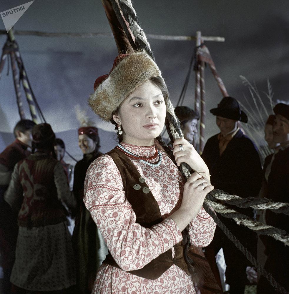 Актриса Шолпан Алтайбаева в роли Лейлы в кадре из художественного фильма Крылья песни