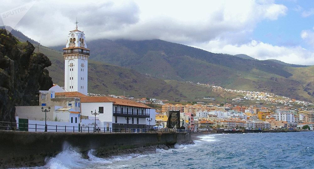 Панорама прибрежного городка Канделярия на востоке острова Тенерифе, Испания