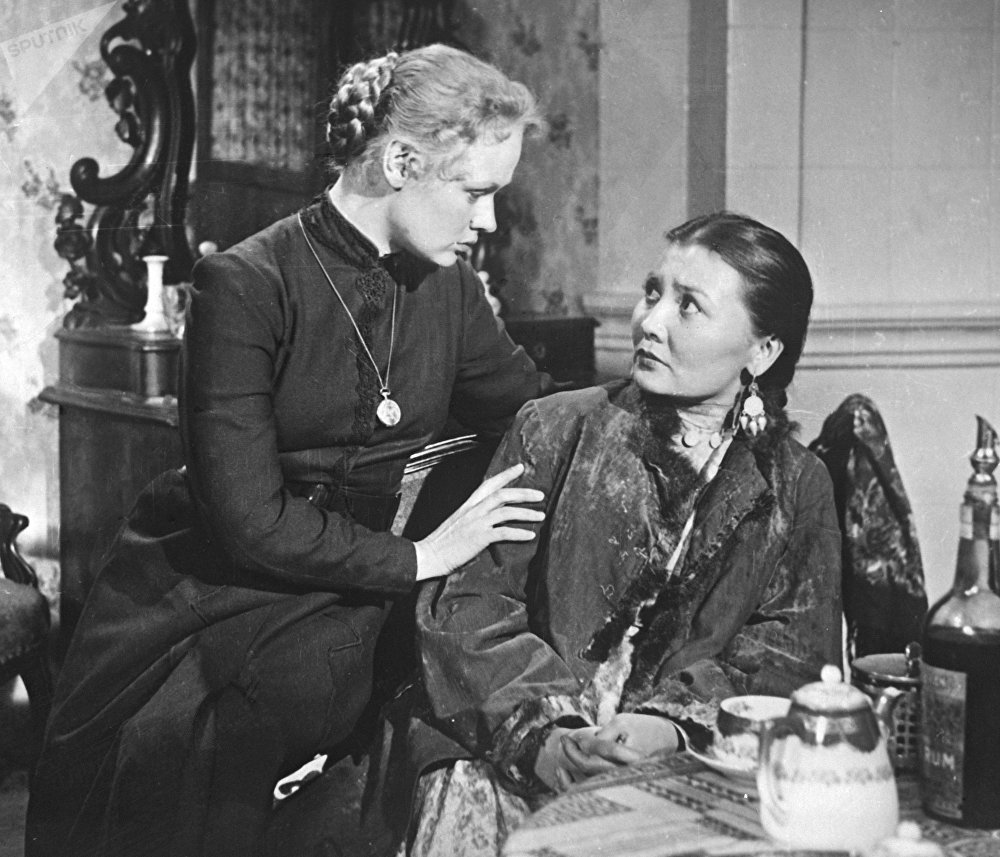 Кадр из кинофильма Ботагоз, 1957 год. Лиза - артистка Нина Гребешкова (слева), Ботагоз - артисткаГульфайрус Исмаилова