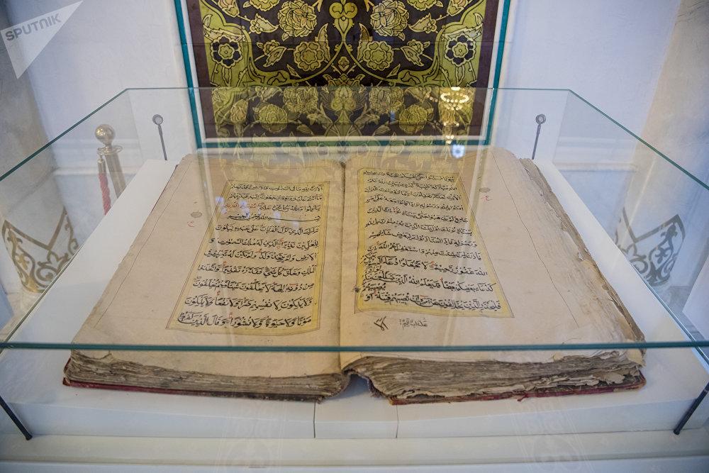 Старинный Коран, хранящийся в мечети Хазрет Султан