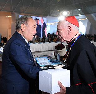 Президент Казахстана Нурсултан Назарбаев вручил первую премию Съезда за вклад в межрелигиозный диалог Папскому совету Ватикана