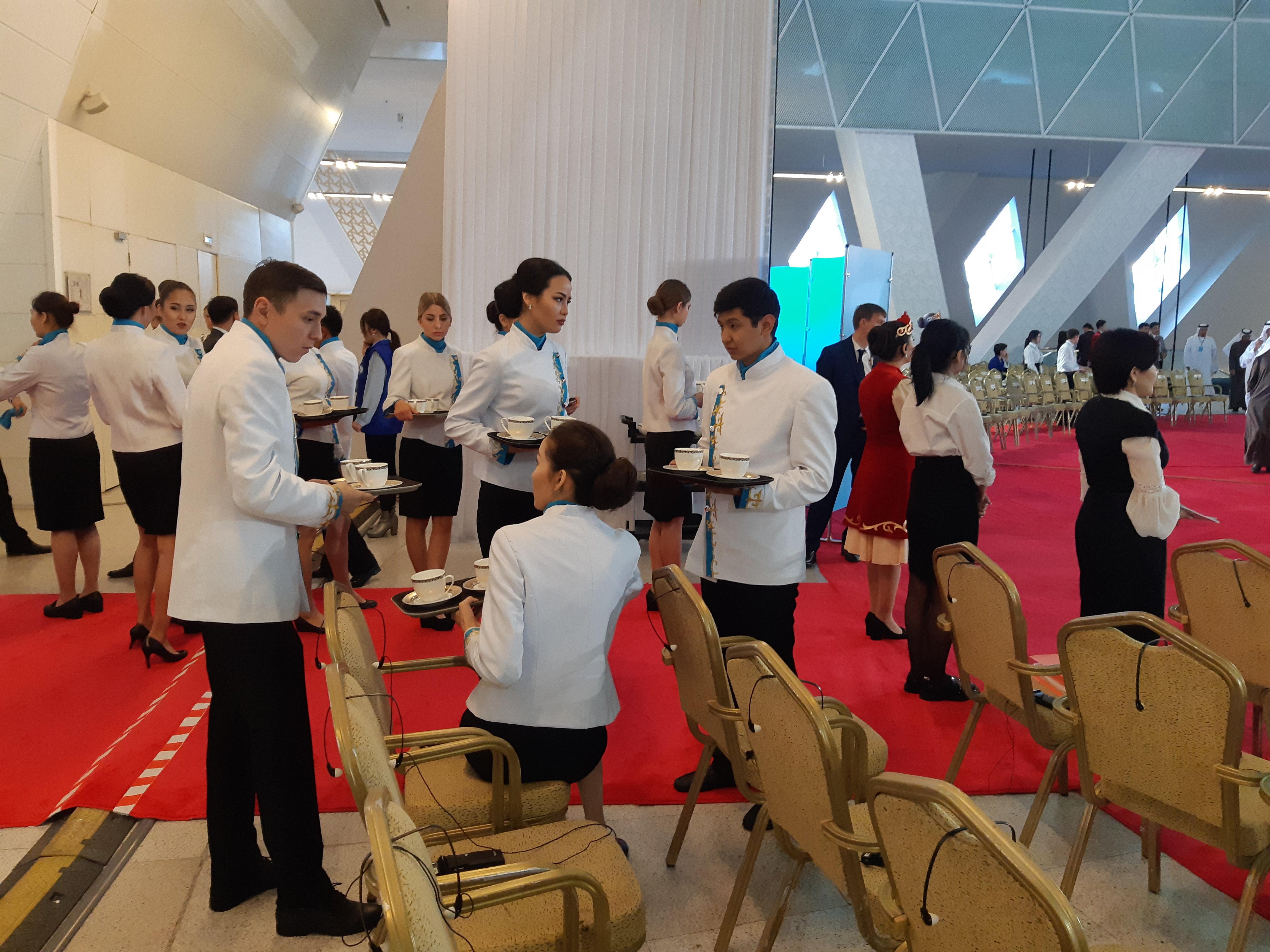 Официанты во Дворце мира и согласия перед началом Съезда